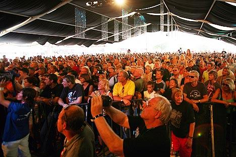 Det var som vanlig imponerende oppmøte på torget i Notodden under åpningen av årets bluesfestival. Foto: Jørn Gjerøse, NRK.