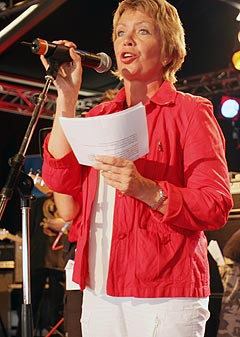 Åslaug Haga kom ikke med noen nye kulturløfter under åpningen av Notodden Bluesfestival 2006. Foto: Jørn Gjersøe, NRK.