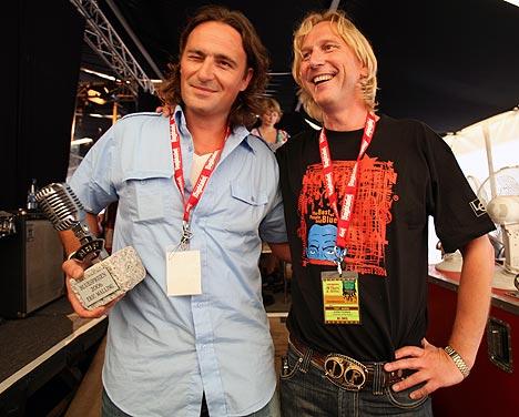 Eric Malling sammen med festivalleder Jostein Forsberg bak scenen etter utdelingen av prisen. Foto: Jørn Gjersøe, NRK.