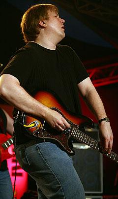 Jeff Healey kan også spille gitar stående oppreist, men foretrekker å sitte. Foto: Jørn Gjersøe, NRK.