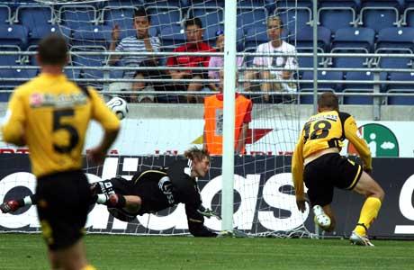 Lillestrøms Arild Sundgot setter inn 1-0-målet. (Foto: Alf Ove Hansen / SCANPIX)