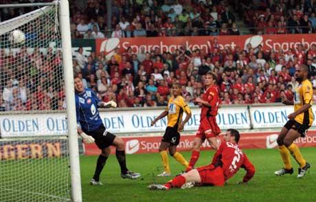 Branns Janez Zavrl setter ballen i eget mål. (Foto: Marit Hommedal / SCANPIX)
