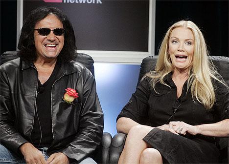 Gene Simmons og eks-Playboy-modellen Shannon Tweed, som han har vært sammen med i 23 år. Nå gjør de en Osbourne og stiller familielivet til skue på TV. Foto: Reuters.