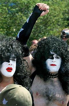 200 Kiss-fans demonstrerte utenfor Rock N' Roll Hall of Fame i Cleveland lørdag for å kreve at gruppen bør inkluderes blant artistene som æres. Foto: AP.