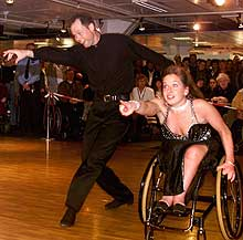 Rullestoldans på høyt nivå: Anne og Frank Jensrud under åpningen av messen «Et selvstendig liv - Handikap 2000». (Foto: SCANPIX)