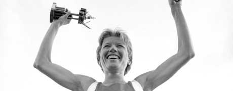 En glad Ingrid Kristiansen på seierspallen i 1986 etter å ha satt ny verdensrekord på 10.000 m. (Foto: Morten Hvaal / SCANPIX)