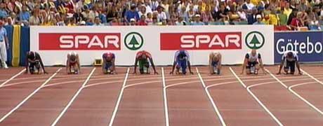 Francis Obikwelu sammen med de andre 100 meter-løperne (Foto: NRK)