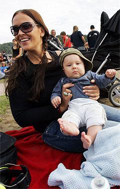 Øya er blitt en happening både for de veldig musikkinteresserte og for dem som vil oppleve stemningen. Mange småbarnsforeldre er blant publikum: Her er Aronn Ausenn Rødseth (5 mnd) med mamma Mona Ausenn på Øyafestivalen torsdag. Foto: Lise Åserud, Scanpix.