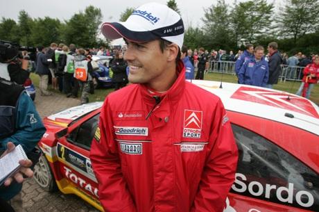 Spanske Daniel Sordo kjører imponerende, men får neppe lov til å kjøre forbi teamkameraten Loeb (Foto: Scanpix/ AFP PHOTO JOHN MACDOUGALL)