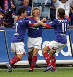 Jan Derek Sørensen feires av lagkamerater og Klanen etter 1-0-målet. (Foto: Lise Åserud / SCANPIX)
