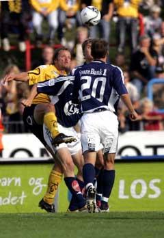 Vikings Nicolai Stokholm (med ryggen til) i første omgang av kampen mot Start. (Foto: Tor Erik Schrøder / Scanpix)