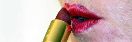 Mye har forandret seg på 70 år, men å ta på lebestift er fortsatt like viktig før en fest. Foto: SCANPIX)