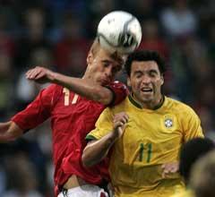 Daniel Carvalho i kamp med Anders Rambekk. (Foto: AP/Scanpix)
