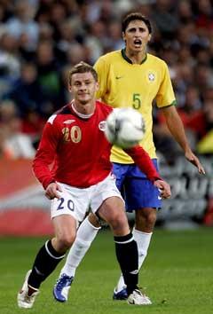 Ole Gunnar Solskjær tar ballen foran Edmilson (Foto Sara Johannessen / SCANPIX )