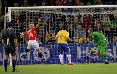 Frisparket fra Morten Gamst Pedersen har gått inn bak Brasil-keeper Gomes og Steffen Iversen jubler. (Foto: AFP/Scanpix)