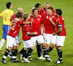 Glede blant de norske spillerne etter at Morten Gamst Pedersen gjorde 1-0. (Foto Erik Johansen / SCANPIX)