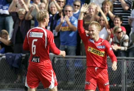 Tommy Knarvik (t.h.) blir gratulert av Mikael Andersson etter 1-0-målet. (Foto: Heiko Junge / SCANPIX)