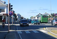 Åkrehamn – en lang gate med mye trafikk. Foto: Tron Soot-Ryen