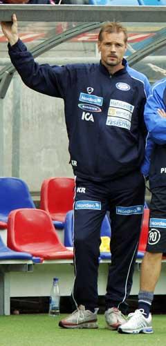 En betenkt Kjetil Rekdal på sidelinjen da Vålerenga tapte 0-3 for Fredrikstad. (Foto: Heiko Junge / SCANPIX)