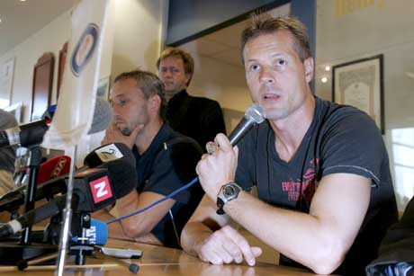 Kjetil Rekdal på pressekonferansen der han sa opp som Vålerenga-trener. I bakgrunnen Lars Bohinen. (Foto: Terje Bendiksby / SCANPIX)