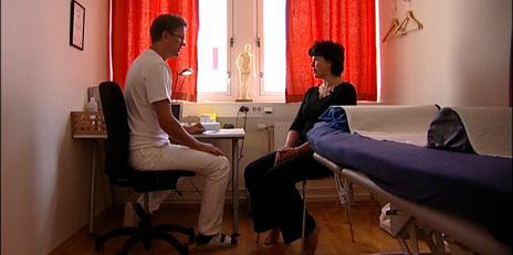 Ann Billaudel har hatt stor glede av akupunktør Olav Kises behandlinger. Foto: Anders Leines, NRK