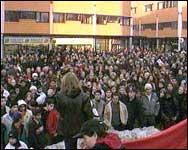 Flere hundre mennesker samlet seg i går på Holmlia for å minnes drapsofferet. (Foto: NRK)