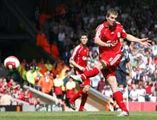 Liverpools Daniel Agger fikk kjempetreff (Darren Staples Reuters/Scanpix)