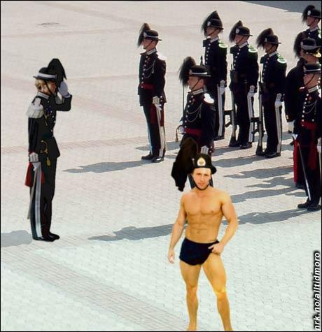 H.M.K.G. får instrukser om de nye uniformene. (Innsendt av Herman Bunes)