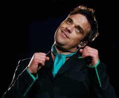 Robbie Williams under konserten 19. juli der gressmatten ble skadet. (Foto: AP/Scanpix)