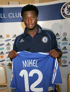 John Obi Mikel viste frem sin Chelsea-trøye før sesongen. (Foto: AP/Scanpix)