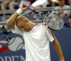 Ivan Ljubicic tørket svetten under kampen mot Feliciano Lopez. (Foto: AP/Scanpix)