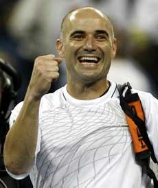 Andre Agassi jubler over seieren (Foto: Seth Wenig AP/Scanpix)