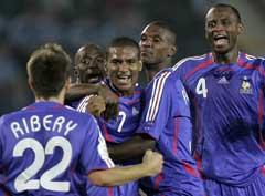 Florent Malouda (i midten) gratuleres etter å ha gjort 1-0. (Foto: AP/Scanpix)