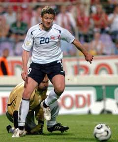 Ole Gunnar Solskjær i driv forbi Ungarns keeper Kiraly før 1-0-målet. (Foto: AP/Scanpix)