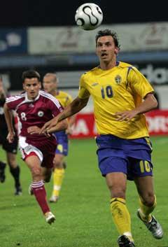 Zlatan Ibrahimovic kontrollerte ballen foran Latvias Imants Bleidelis. (Foto: Reuters/Scanpix)