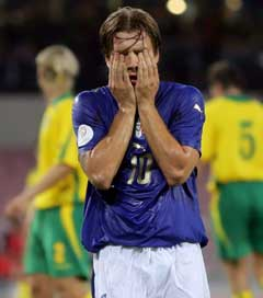 Italias Antonio Cassano var skuffet etter at Litauen tok ledelsen i Napoli. (Foto: Reuters/Scanpix)
