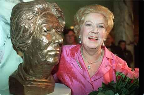 Ingrid Bjoner ved siden av bysten av seg selv. Bysten ble avduket før jubileumskonserten Den Norske Opera, i 1992, og er laget av billedhogger Nils Aas. Foto: Bjørn-Owe Holmberg / Scanpix