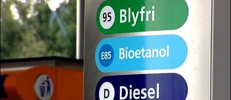 I høst vil statsbudsjettet vise om det blir lavere avgifter på bioetanol, om bensinstasjonene tvinges til å selge biodrivstoff og om miljøbilene får lavere engangsavgifter. Foto: NRK/FBI