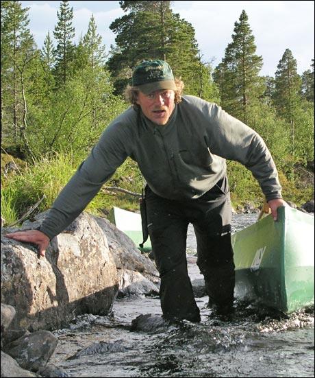 """Etter et par ukers forskningsvirksomhet i fjellet har Lars Monsen kommet fram til at de blå strekene på kartet slett ikke betyr """"motorvei"""". (Ola Smeplass) Foto: Fridtjof Kjæreng / NRK."""