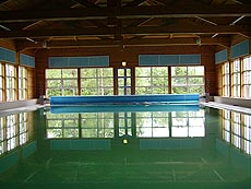 Vanngymnastikk i lyse lokaler, med naturen som kulisse. Foto Ragnhild Silkebækken.