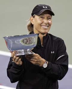 Martina Navratilova med bollen hun vant i karrierens siste tenniskamp. (Foto: Reuters/Scanpix)
