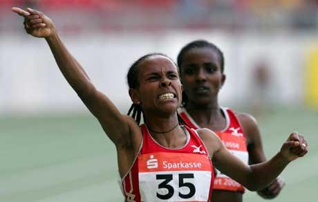 Etiopias Meseret Defar jubler i det hun vant 3000 meteren i Stuttgart foran Tirunesh Dibaba. (Foto AP/Scanpix)