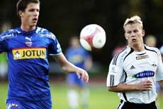 Sandefjords Arnar Førsund ble utvist mens Rosenborgs Steffen Iversen scoret.(Foto: Heiko Junge/ SCANPIX )