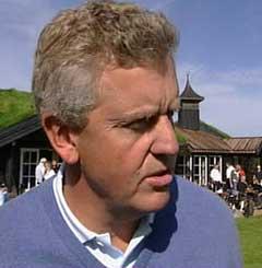 Colin Montgomerie koste seg på Miklagard golfbane. (Foto: NRK)
