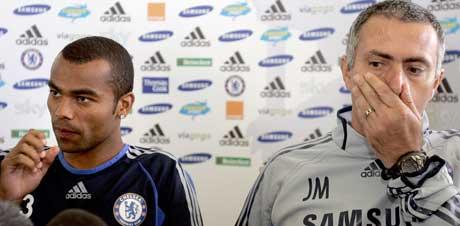 Ashley Cole og Jose Mourinho (foto: AP/Scanpix)