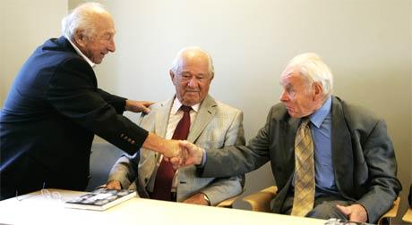 Julius Paltiel (t.v.) hilser på Eskil Jensen og Herman Kahn under presentasjonen av boka. (Foto: Knut Falch/Scanpix)