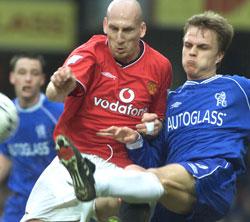 Stam mot danske Grønkjær i 2001. Stam var en klippe for Man Utd og spilte i spann med bla. Henning Berg og Ronny Johnsen. (Foto: AP/ SCANPIX)