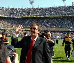 Ricardo Lavolpe vinket til fansen før kampen mot Godot Cruz. (Foto: AP/Scanpix)
