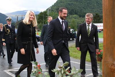 Kronprins Haakon og kronprinsesse Mette-Marit besøkte Hornindal 7. september 2006. Til høgre ordførar Bjørn Lødemel. Foto: Øyvind Torvund, NRK