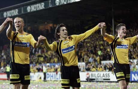 Robert Koren jubler sammen med Anders Rambekk og Espen Søgård etter 2-1 seieren over Vålerenga på Åråsen. (Foto: Cornelius Poppe / SCANPIX)
